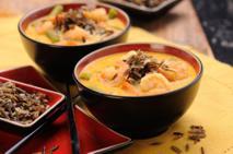 Tajska zupa kokosowa z dzikim ryżem i krewetkami: kuchnia azjatycka na wyciągnięcie ręki