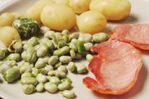 Sezon na bób: sałatka z bobem, ziemniakami i chrupiącym boczkiem [przepis]