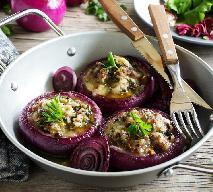Aromatyczna cebula nadziewana ryżem z grzybami: doskonały i tani przepis