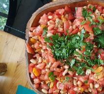 Znakomita sałatka z łososiem, pomidorami i fasolką jaś