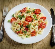 Farfalle ze szpinakiem - przepis na pyszny obiad z makaronowych kokardek