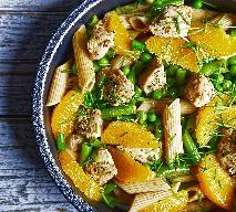 Sałatka z makaronu pełnoziarnistego z kurczakiem i pomarańczą
