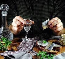 Śledzie do wódki - 4 przepisy na śledziową zakąskę