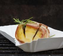 Ziemniaki faszerowane, otulone boczkiem i zapieczone [WIDEO]