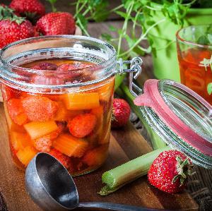 Przepis na truskawki: truskawkowy kompot z rabarbarem