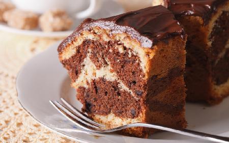 Marmurkowa babka z likierem Baileys: eleganckie ciasto na rodzinne spotkanie