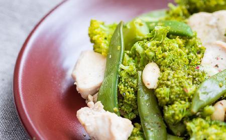 Zielona sałatka z brokułami i groszkiem