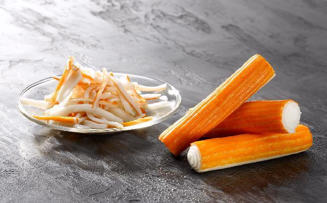 Przepisy na andrzejki: sałatka z makaronu ryżowego i paluszków krabowych