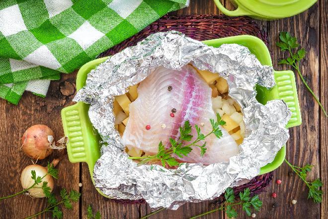 Folia aluminiowa w kuchni: jak prawidłowo używać folii aluminiowej?