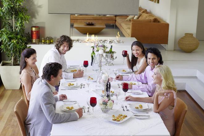 Jak siedzieć przy stole zgodnie z savoir-vivre: podstawowe zasady