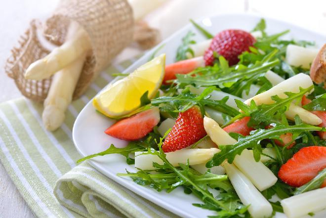 Sałatka ze szparagów z wędzonym kurczakiem i truskawkami - jak zrobić?