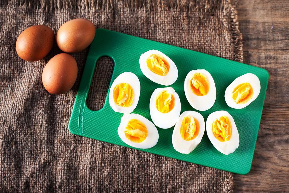 Jajka po marsylsku: przepis na jajka zapiekane w sosie pomidorowym