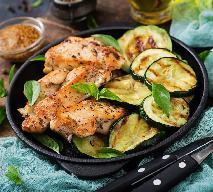Dietetyczna sałatka z cukinii i piersi kurczaka