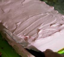Różowe ciasto z owocową masą budyniową