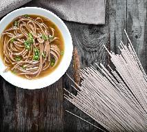 Japońska zupa z makaronem gryczanym w 15 minut: na przeziębienie i poprawę humoru