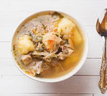 Kapuśniak na wędzonych żeberkach: sycąca zupa dla seniora według Magdy Gessler