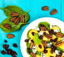 Orzeźwiająca sałatka z brzoskwiń, szpinaku i sera pleśniowego - efektowna i zdrowa