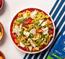 Sałatka z mini rurkami warzywnymi, mozzarellą, pomidorami i awokado