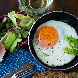 Jajko sadzone - jak usmażyć idealne sadzone jajko ze ściętym białkiem i płynnym żółtkiem?