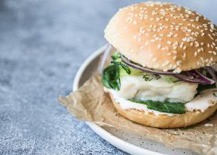 Fish burger z dorszem w zimnym sosie jajecznym z kaparami i dymką