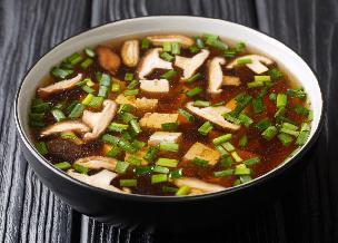 Klarowna zupa cebulowa po japońsku z grzybami i szczypiorkiem: wzmacnia odporność