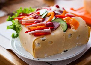Tort kanapkowy z kremem z wędzonej szynki