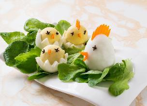 Wielkanocne jaja: kura i pisklaki z jajek na twardo - jak zrobić