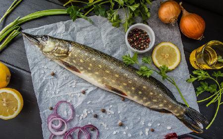 Szczupak po warmińsku: przepis na rybę pieczoną z ziemniakami