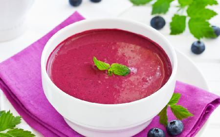 Chłodnik z borówek amerykańskich: pyszna zupa owocowa na upały