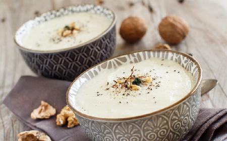 Zupa z orzechów włoskich i czosnku - wykwintne, choć proste danie, które przygotujesz w 15 minut