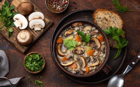 Pieczarkowa z pęczakiem: sycąca zupa grzybowa, zakochasz się w niej od pierwszej łyżki