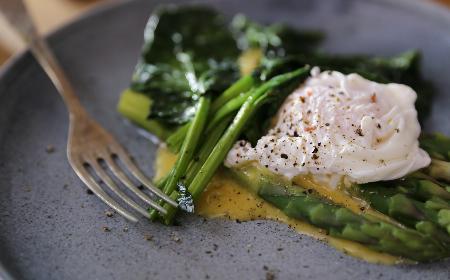 Szparagi z sosem berneńskim i jajkiem w koszulce - przepis Agaty Wojdy [WIDEO]