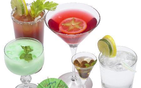 W czym pić alkohol: jakie kieliszki, szklanki i kufle wybrać do domu?