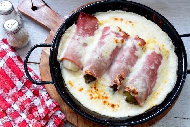 Roladki z cykorii i szynki zapiekane pod serowym sosem