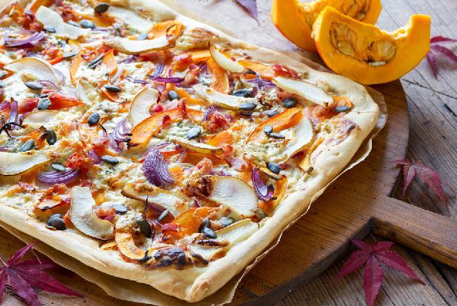 Olśniewająca pizza bianca z dynią, gruszką i czerwoną cebulą