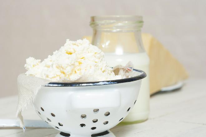 Domowy twaróg ze zsiadłego i słodkiego mleka: jak zrobić w domu twarożek