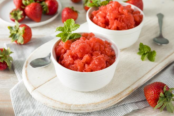Sorbet truskawkowy: przepis na deser z truskawek [WIDEO]